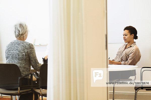Geschäftsfrauen sitzen im Konferenzraum im Büro