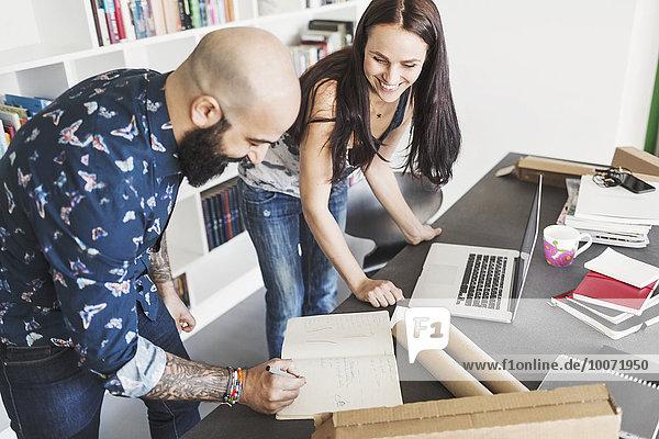 Zufriedene Architekten und Architektinnen bei Tisch