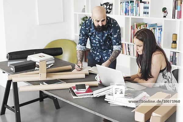Architekten mit Laptop im Home-Office