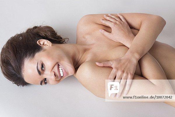 Hochwinkelansicht einer nackten Frau