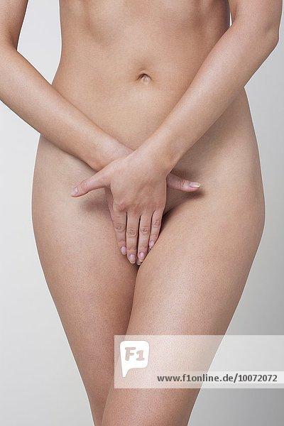Frau bedeckt ihre Vagina