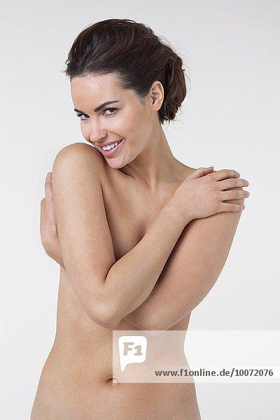 Frau  die ihren Körper bedeckt