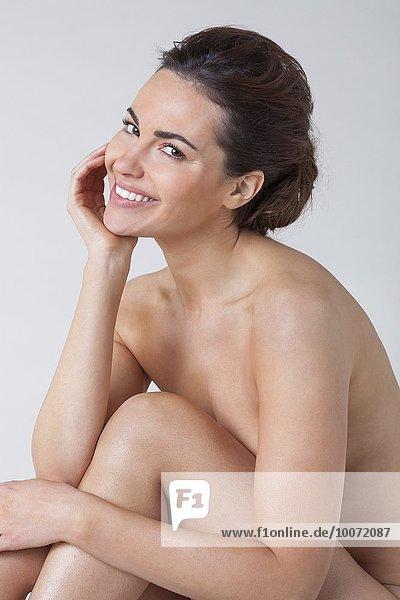Nahaufnahme einer nackten Frau lächelnd
