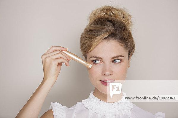 Porträt einer schönen Frau mit Abdeckstift