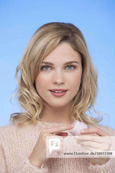 Porträt einer Frau mit Feuchtigkeitscreme