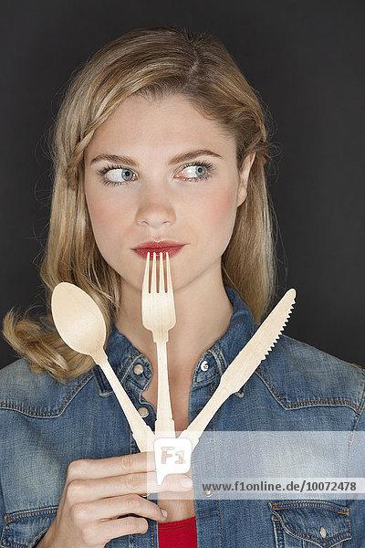 Nahaufnahme einer schönen Frau mit Küchenutensilien