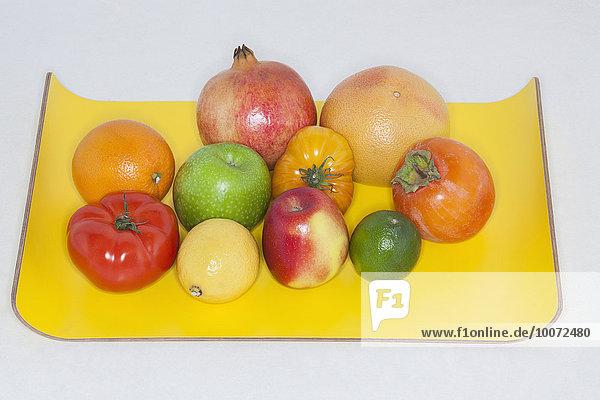 Nahaufnahme von verschiedenen Früchten auf einem Tablett