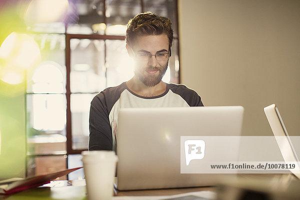 Gelegenheitsunternehmer bei der Arbeit am Laptop