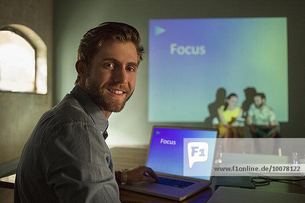 Porträt eines Geschäftsmannes  der die audiovisuelle Präsentation auf Focus verwaltet.