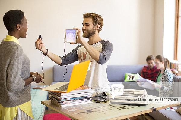 Kreativer Geschäftsmann mit digitalem Tablett und Kopfhörer