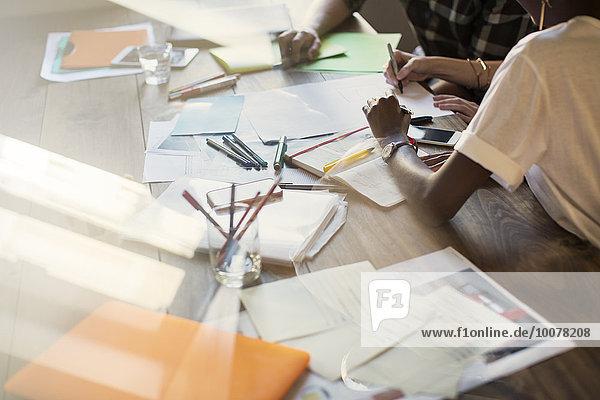 Kreative Geschäftsleute beim Brainstorming im Meeting