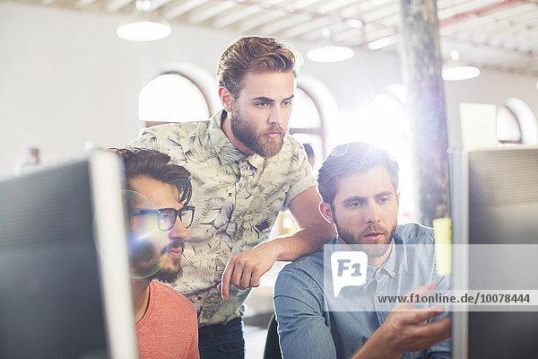 Fokussierte Gelegenheitsunternehmer, die an Computern arbeiten