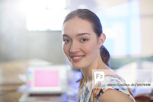 Portrait lächelnde Geschäftsfrau