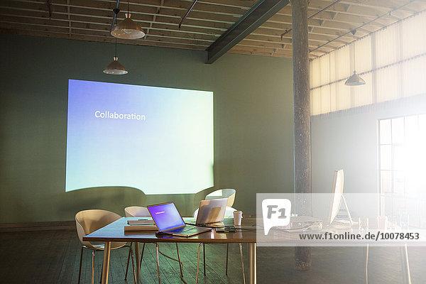 Collaboration-Text auf dem audiovisuellen Präsentationsbildschirm