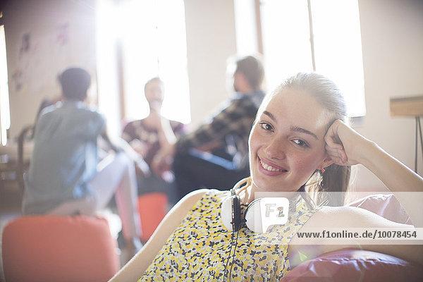 Portrait lächelnde Geschäftsfrau mit Kopfhörer