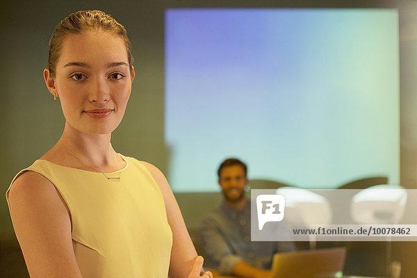 Porträt einer selbstbewussten Geschäftsfrau in der audiovisuellen Präsentation auf Focus