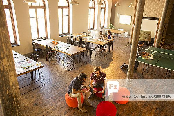 Kreative Geschäftsleute treffen sich im Büro