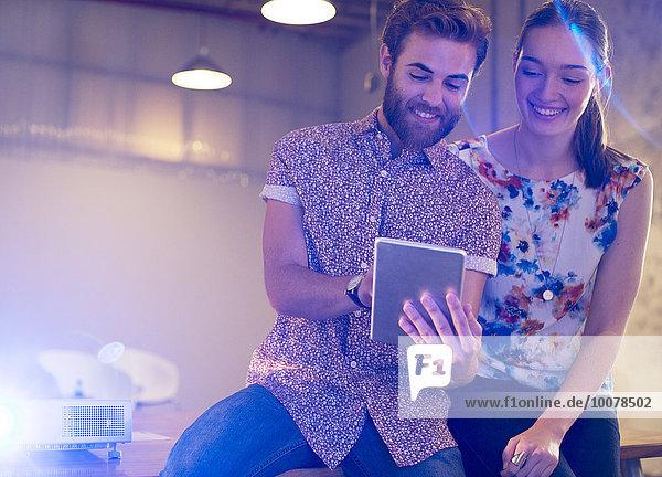 Geschäftsfrau,Geschäftsmann,Freizeitbekleidung,teilen,Büro,Tablet PC