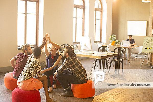 Lässige Geschäftsleute treffen sich im Büro  um sich zu treffen