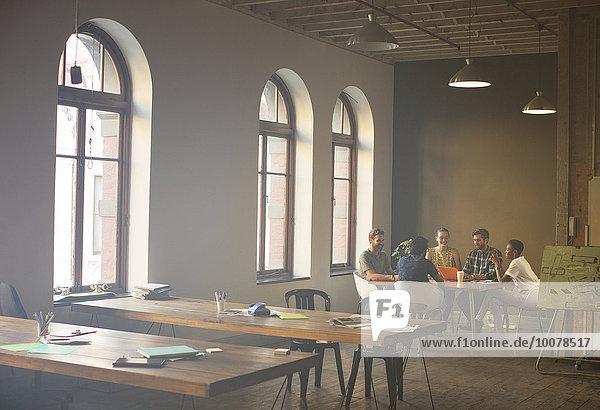 Mensch,Freizeitbekleidung,Büro,Menschen,Geschäftsbesprechung,Besuch,Treffen,trifft,Tisch,Business