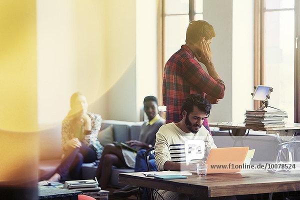 Gelegentliche Geschäftsleute  die im Büro arbeiten