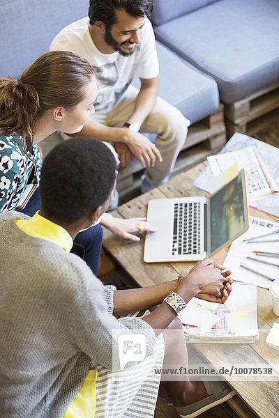 Kreative Geschäftsleute  die am Laptop im Büro arbeiten