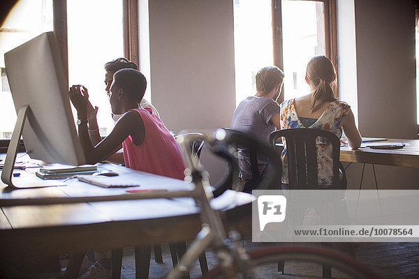 Kreative Geschäftsleute  die im Großraumbüro arbeiten