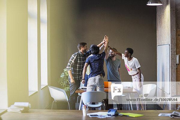 Kreative Geschäftsleute  die sich am Tisch im Büro treffen