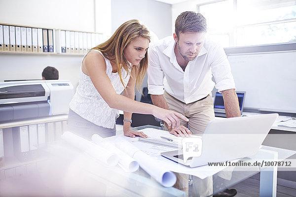 Architekten mit Laptop im Büro