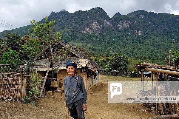 nahe nebeneinander neben Seite an Seite Senior Senioren Frau Berg Mensch Menschen Wohnhaus Dorf Ethnisches Erscheinungsbild Südostasien Lifestyle verboten Laos Bergmassiv