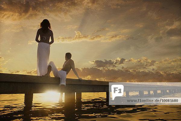 Europäer Sonnenuntergang Bewunderung über Ozean Dock