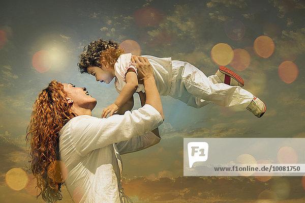 Europäer Sohn heben Himmel unterhalb Sonnenlicht Mutter - Mensch