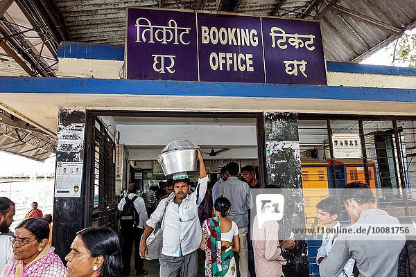 Frau Mann Eingang Zeichen Öffentlicher Verkehr Zug Bombay Indien Signal Haltestelle Haltepunkt Station