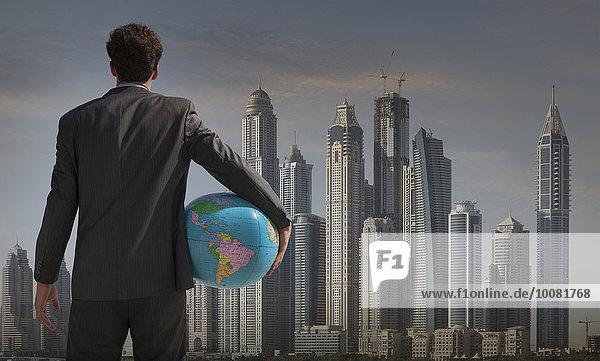 nahe Stadtansicht Stadtansichten Europäer Geschäftsmann halten Globus