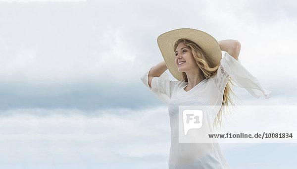 Europäer Frau lächeln Hut Kleidung Sonne