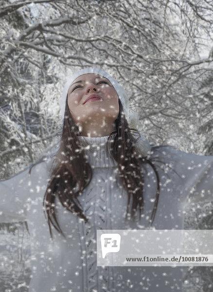 Europäer Frau spielen Schnee