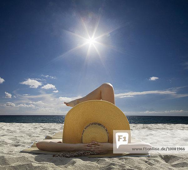 Europäer Frau Entspannung Strand Himmel unterhalb blau