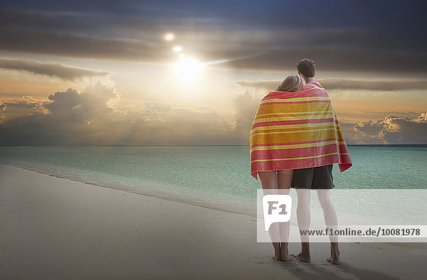 Europäer Strand Sonnenuntergang Bewunderung Handtuch umwickelt