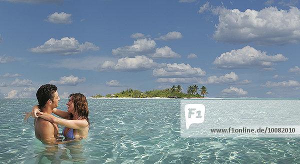Tropisch Tropen subtropisch Europäer umarmen Ozean
