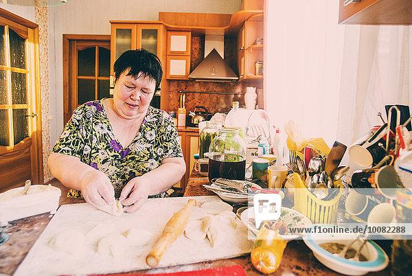 kochen Europäer Frau Küche