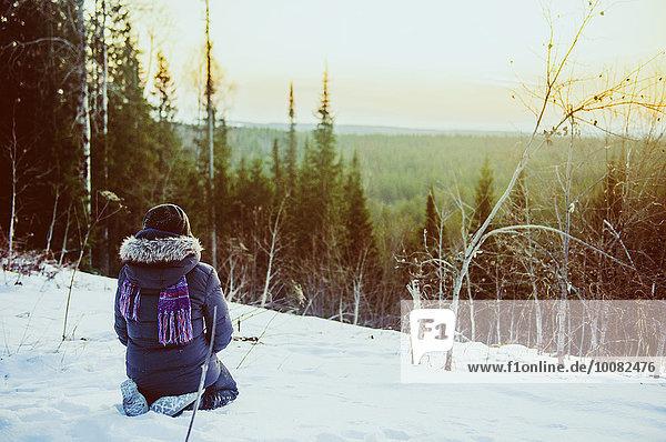 Landschaftlich schön landschaftlich reizvoll Europäer Bewunderung Hügel Schnee wandern Ansicht