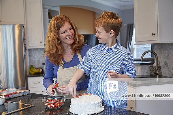 Europäer Sohn Küche Kuchen schmücken Mutter - Mensch