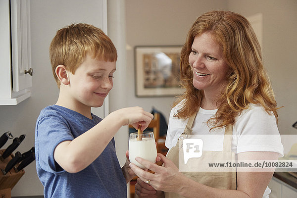 Europäer Sohn Keks Mutter - Mensch dunking Milch