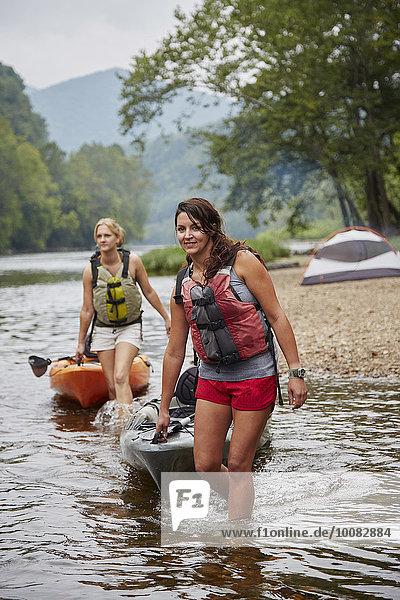 Frau ziehen Fluss Kajak