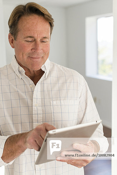 benutzen Europäer Mann Tablet PC