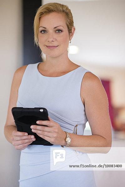 Europäer Geschäftsfrau halten Büro Tablet PC