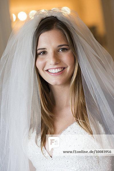 Europäer Braut Kleid Hochzeit lächeln Schleier