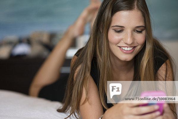 Handy benutzen Europäer Frau Bett