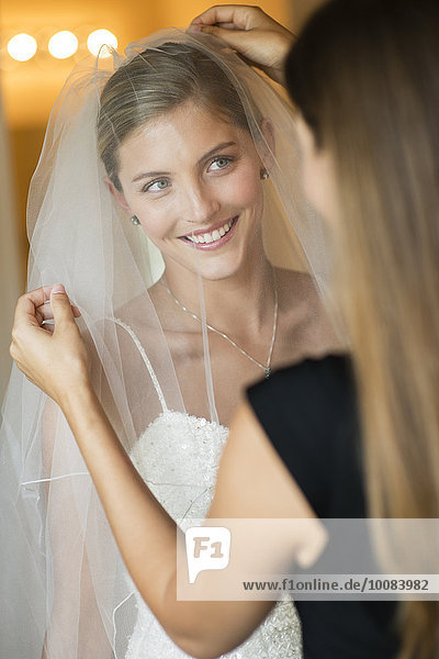 Europäer Braut arrangieren Brautjungfer Schleier