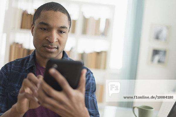 benutzen Mann schwarz Tablet PC